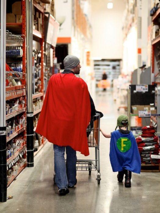 padre e hijo tomados de la mano caminando por un supermercado