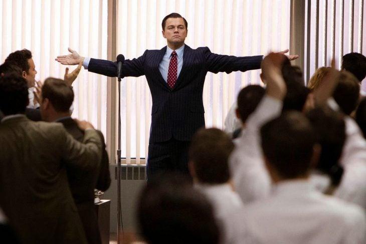 hombre levantando las manos mientras esta en una conferencia