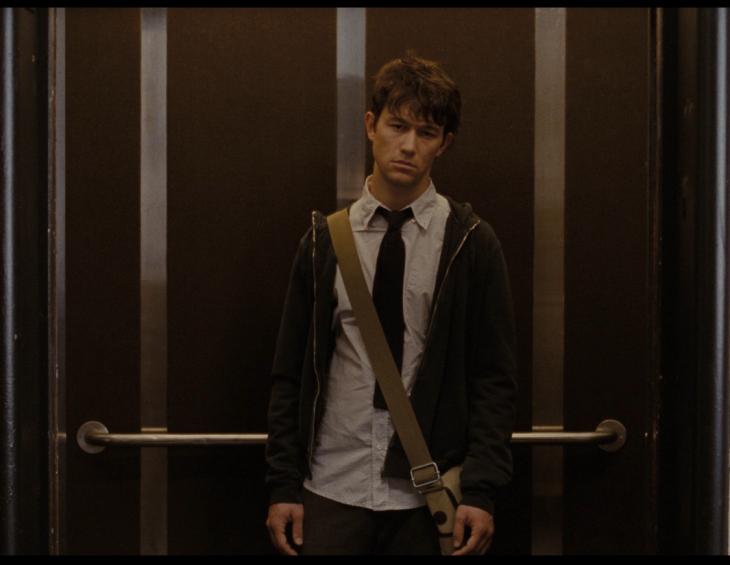 hombre triste llorando en un elevador