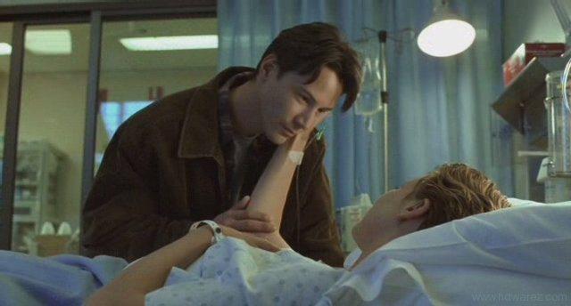 hombre sosteniendo la mano de una mujer en la cama de un hospital