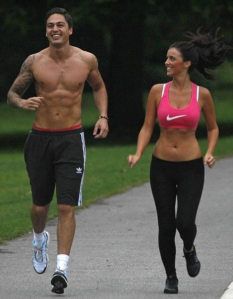 pareja corriendo por la calle