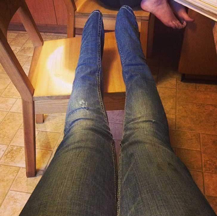 persona con piernas cortas que le quedan largos los pantalones