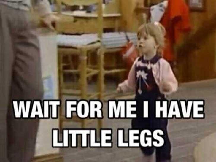 niña con piernas cortas corriendo