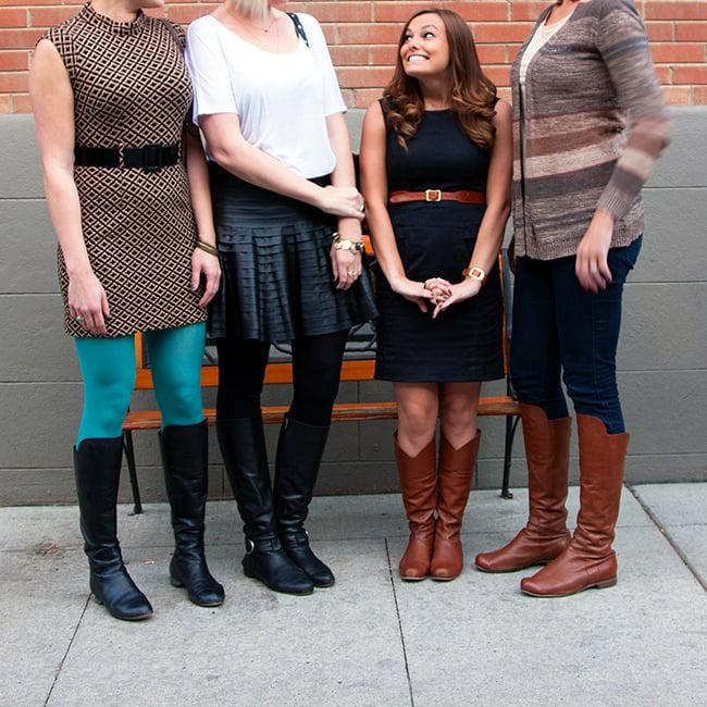 mujer bajita en medio de mujeres muy altas