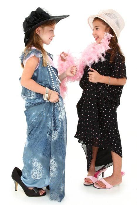 niñas usando la ropa de su mama que les queda grande