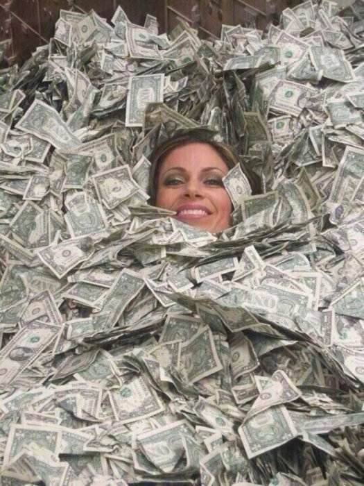 mujer enterrada en dolares