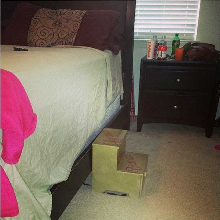 escaleras puestas bajo una cama