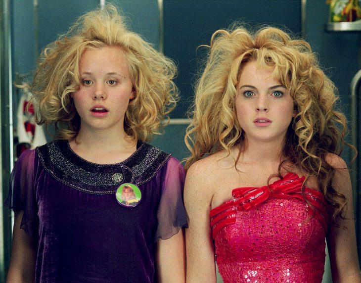 mujeres con el cabello revuelto