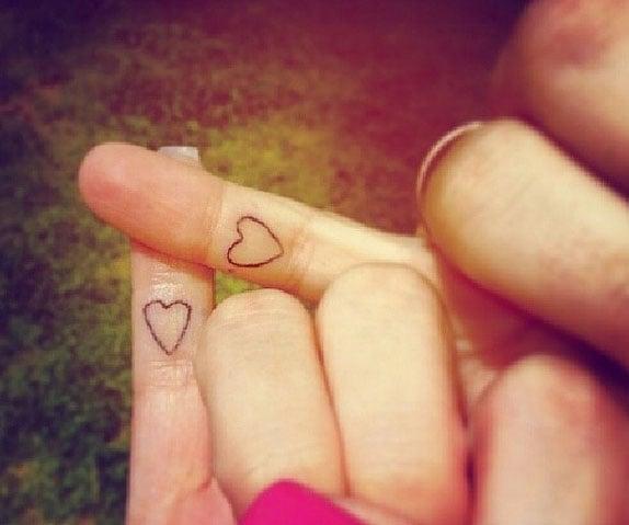 Tatuajes de corazón en dedos