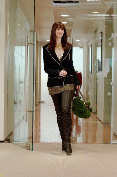 mujer caminando entrando por la puerta a un edificio