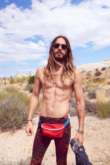 hombre parado en medio del desierto sin camisa