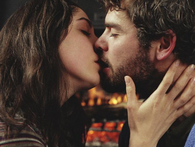 mujer besando y acariciando la barba de un hombre