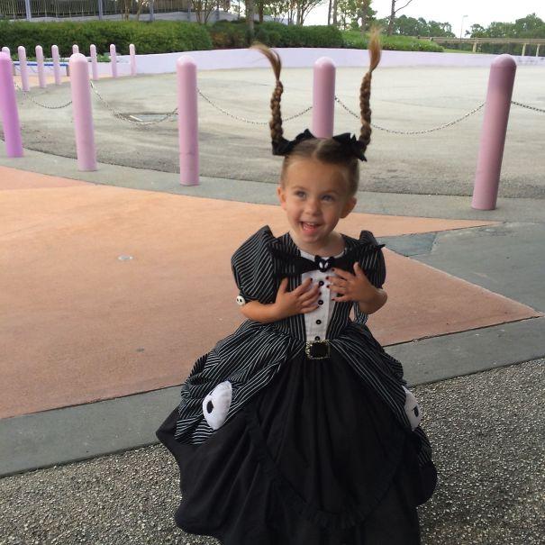 niña con vestido negro y trenzas