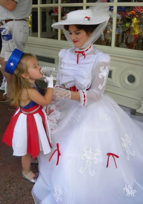 niña junto a una mujer vestida de merry popins