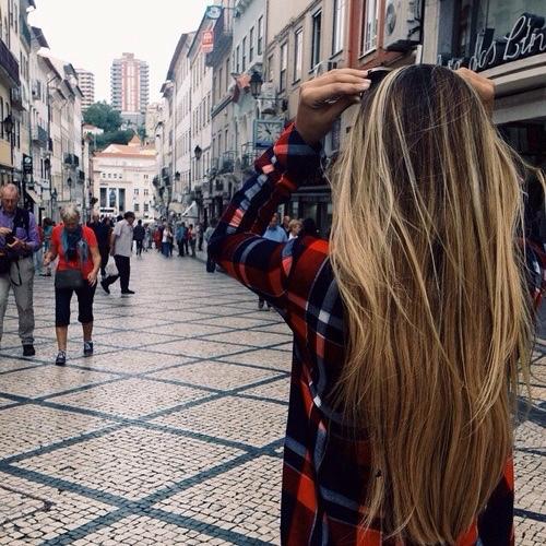 mujer de cabello largo caminando por la calle