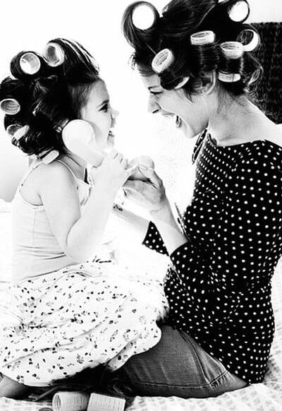 mama e hija con tubos jugando al telefono