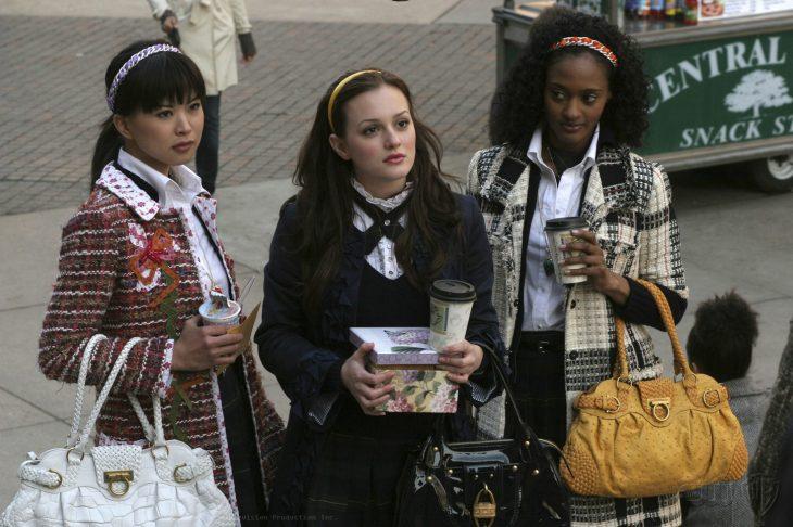 mujeres gossip girl husmeando