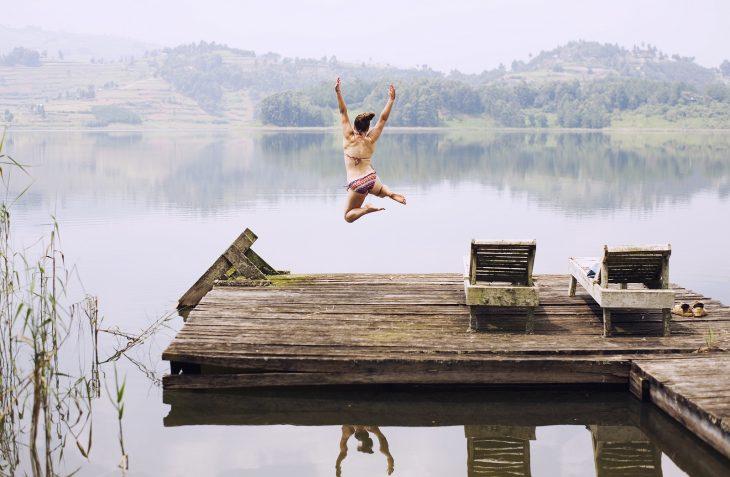 tirarte al agua del lago desde puente
