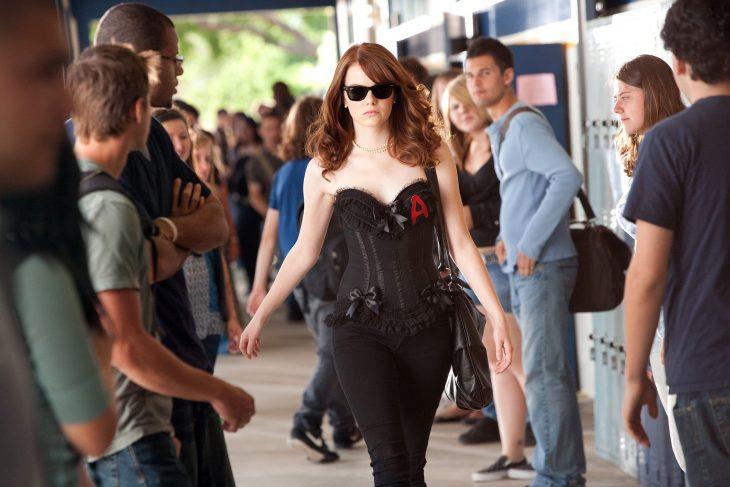 escena de la película Easy A, emma stone caminando por el pasillo de la escuela