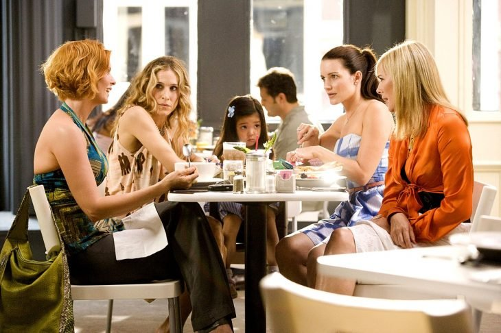 escena de la película sex and the city, las protagonistas están reunidas comiendo en un restaurante