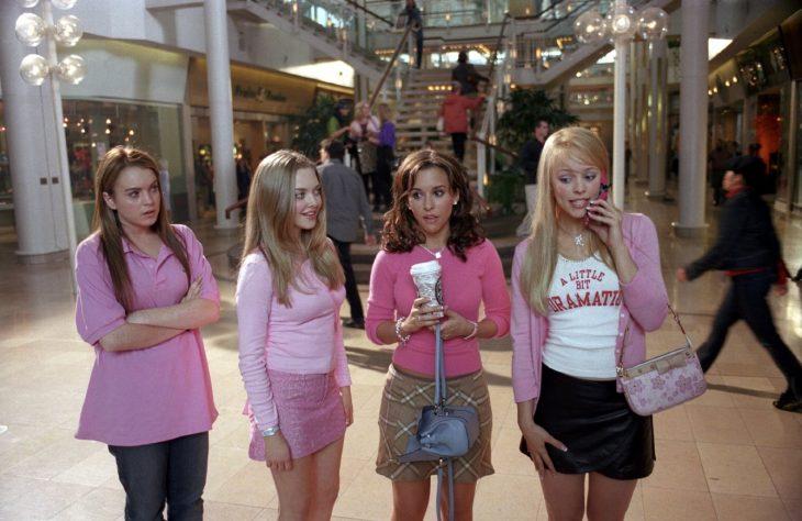 escena de la película chicas pesadas protagonistas en un centro comercial