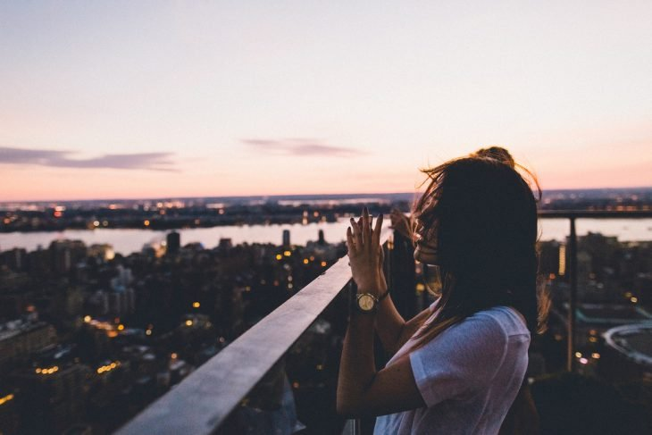 Chica tomando una foto al horizonte