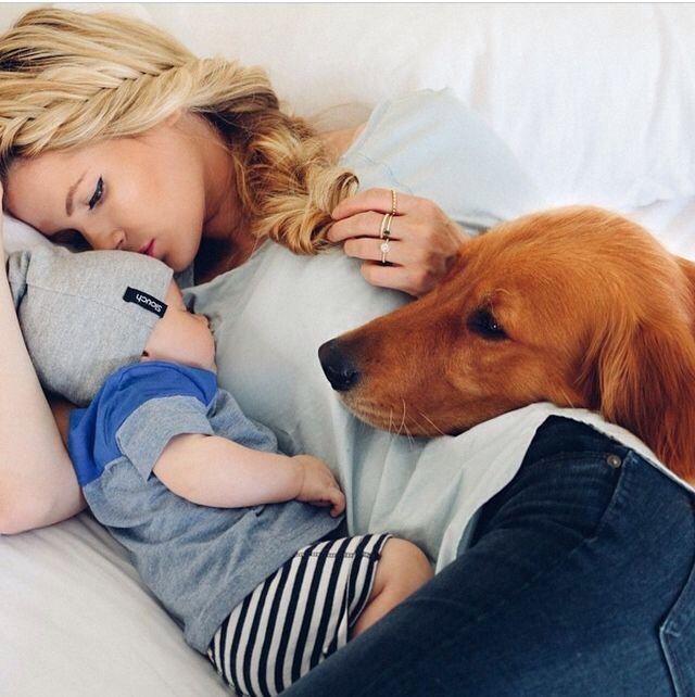 Chica feliz con su bebé y su perro