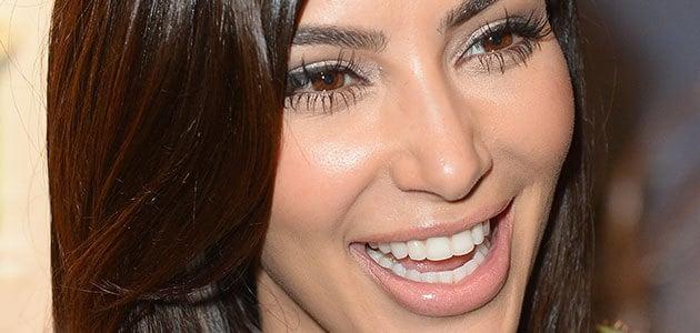 ojos de kim kardashian con pestañas definidas