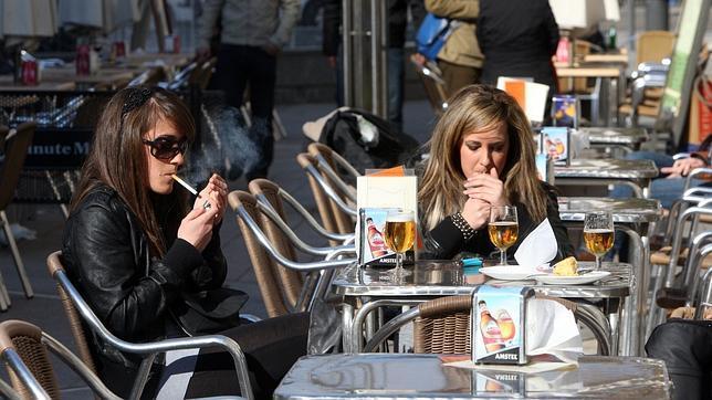 adolescentes en una cafeteria fumando