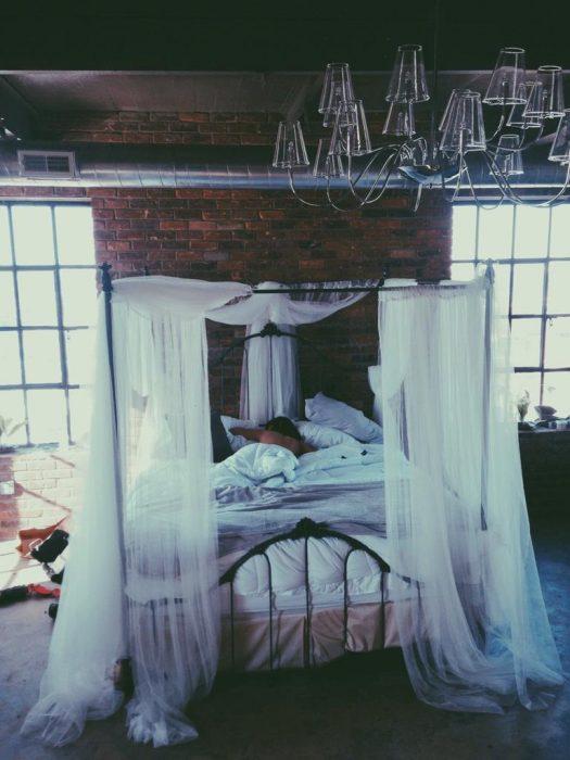 Chica acostada en una cama
