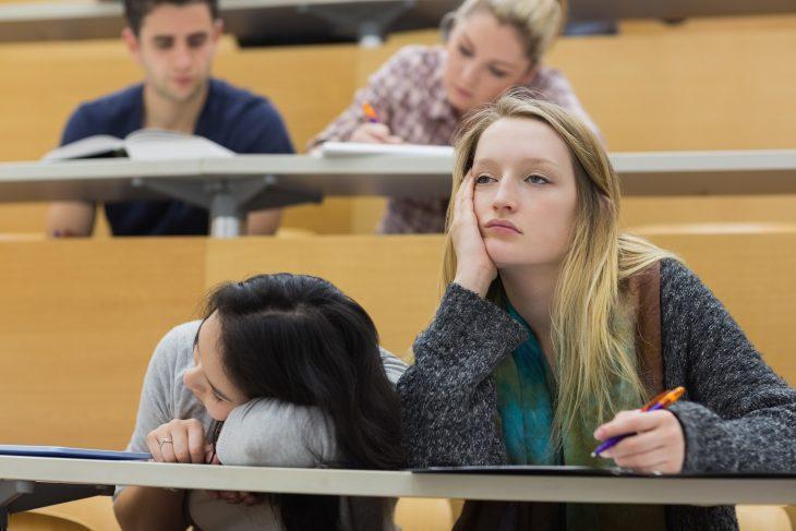 Chicas dormidas en la escuela