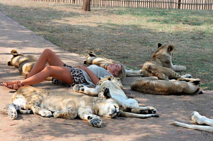 Chica dormida rodeada de leones