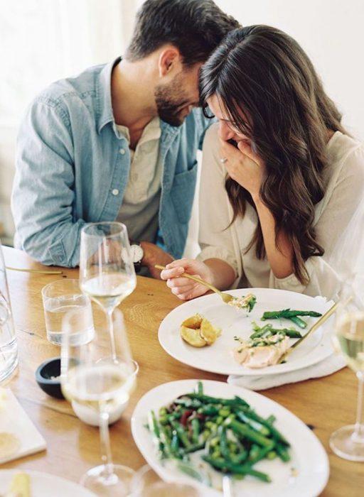 Novios comiendo comida sana del mismo plato