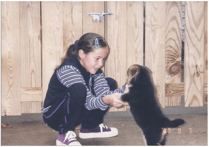 Niña feliz jugando con un perro