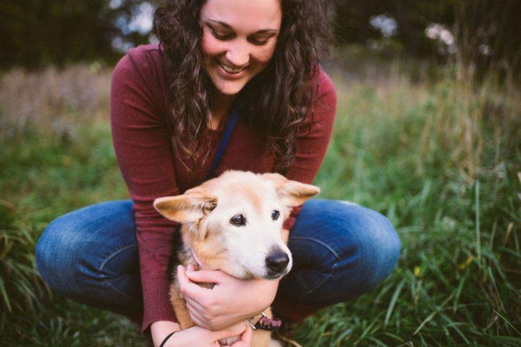 Chica con su perro en el pasto