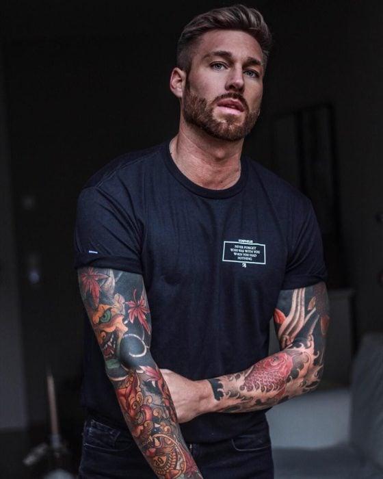 Hombre guapo con tatuajes y barba