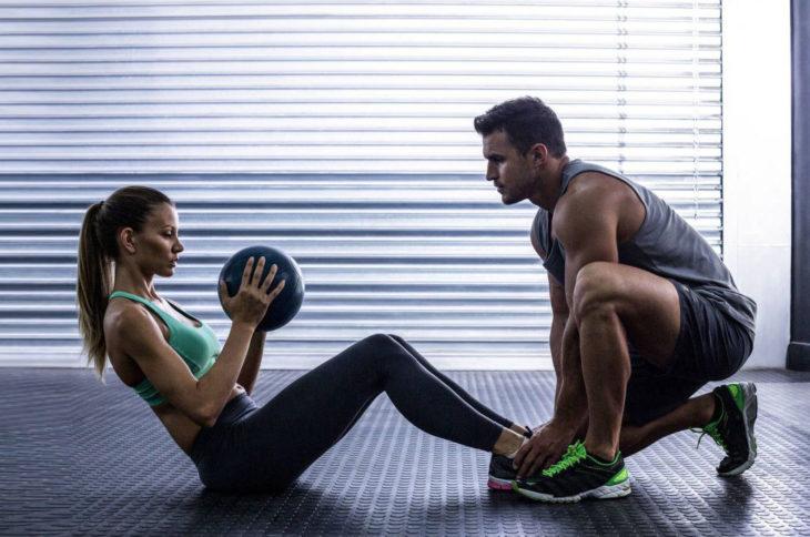 Pareja de novios haciendo ejercicio con pesas