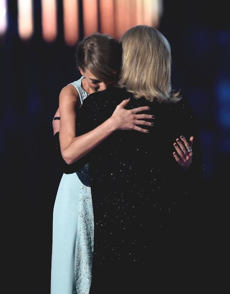 Taylor Swift y su madre abrazadas