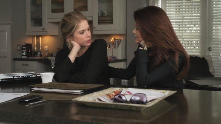 Madre e hija hablando en la mesa
