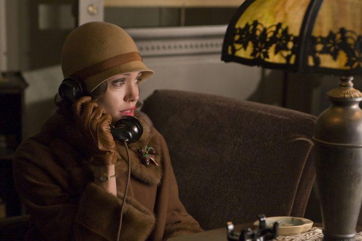 Angelina Jolie en una escena hablando por teléfono