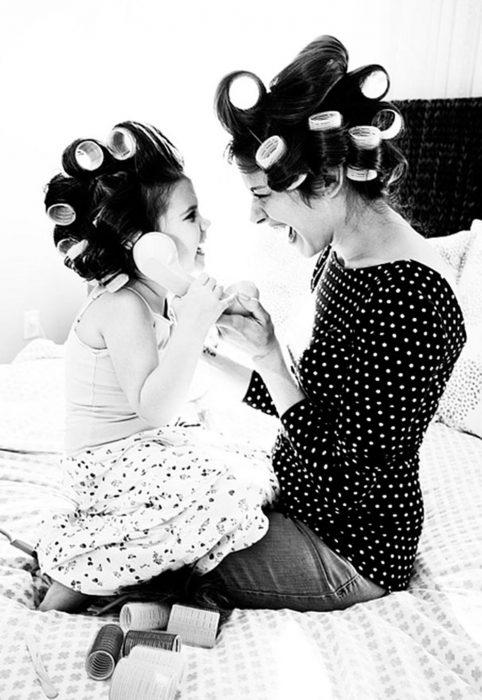 Madre e hija hablando por teléfono