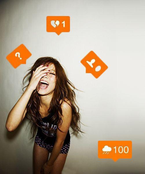 Foto de chica con etiquetas de redes sociales