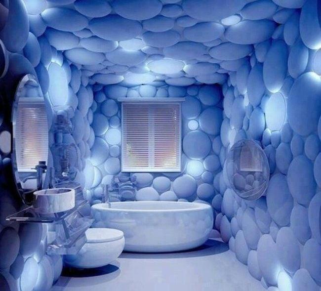 baño con las paredes con forros que parecen burbujas
