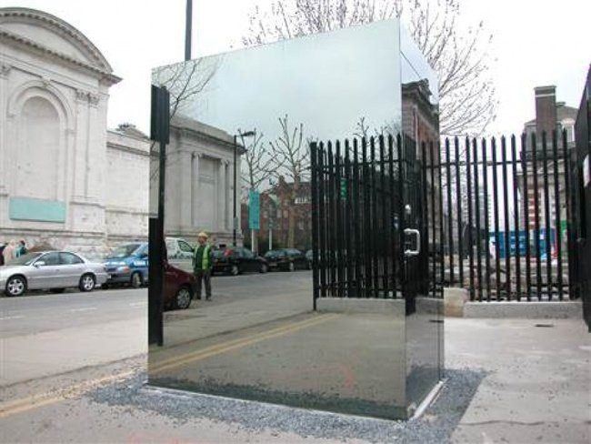 cubo de espejos en medio de la calle