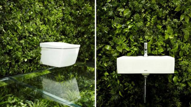 baño pegado a una pared con plantas