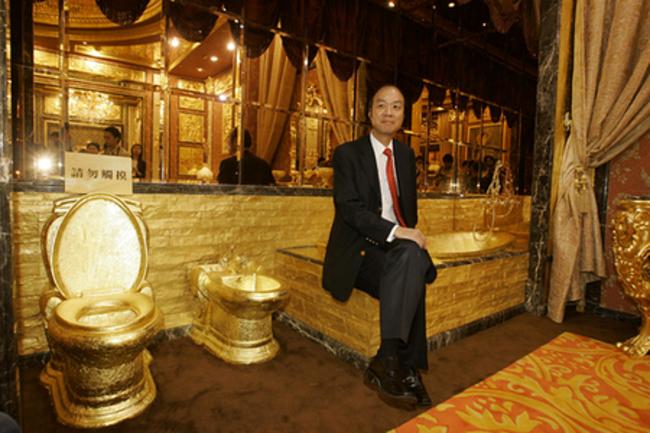 baño de oro con un hombre sentado en la tina