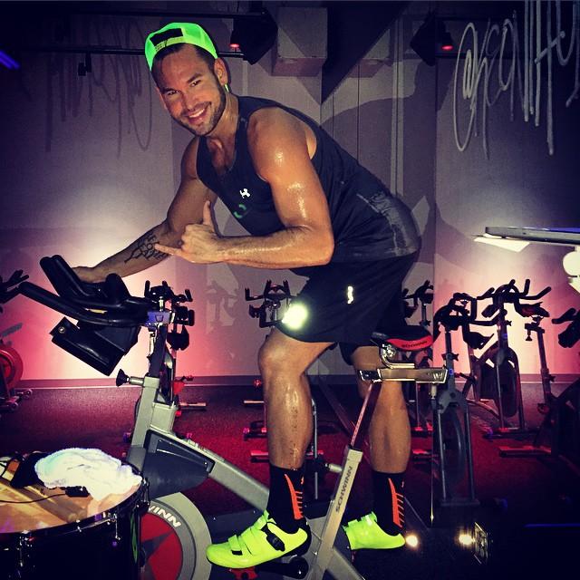 hombre haciendo ejercicio en una bicicleta