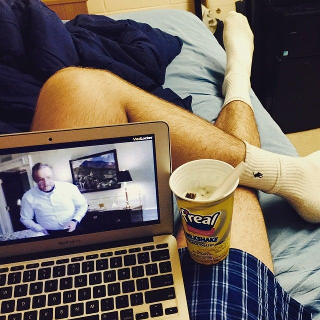 hombre con una computadora en sus piernas
