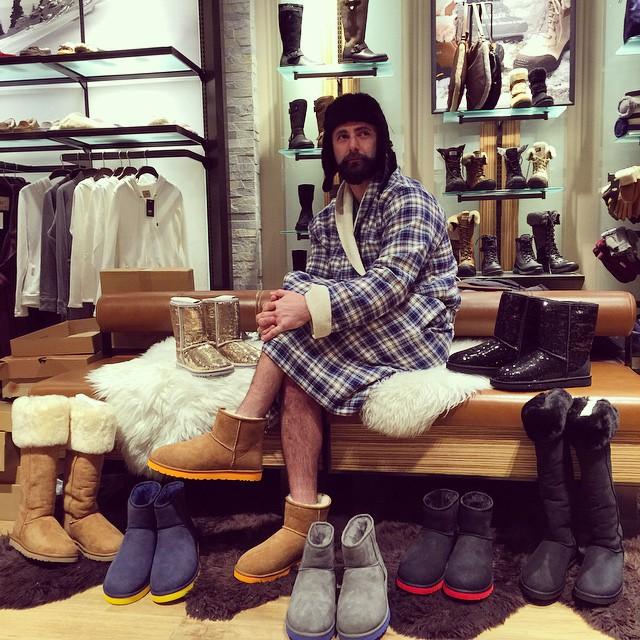 hombre midiéndose zapatos