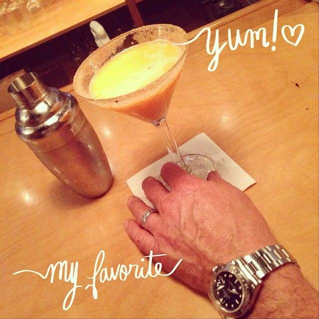 hombre sosteniendo una bebida con la mano